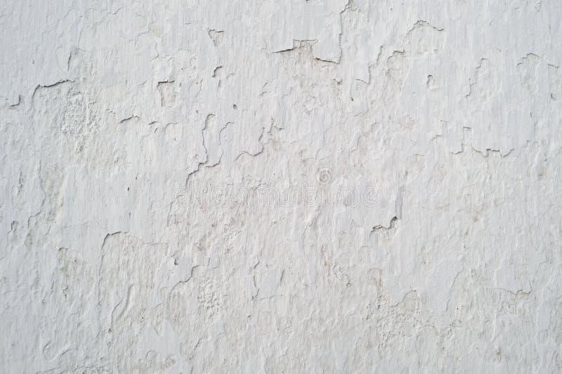 Den gamla spruckna väggen täckte grå färgmurbruk, bakgrund arkivbilder