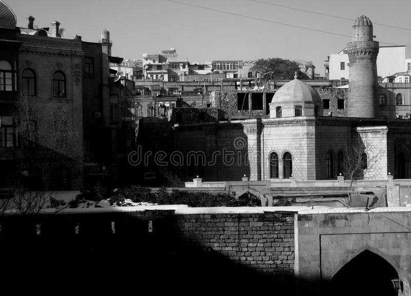 Den gamla staden av Baku, Azerbajdzjan i svartvitt royaltyfria bilder