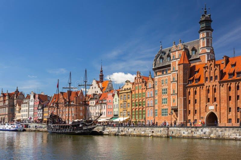 Den gamla staden av Gdansk med piratkopierar seglar skeppet reflekterat i den Motlawa floden, Polen royaltyfri bild