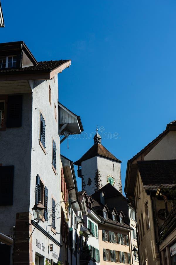 Den gamla staden av rheinfelden Schweiz med det historiska tornet royaltyfri foto