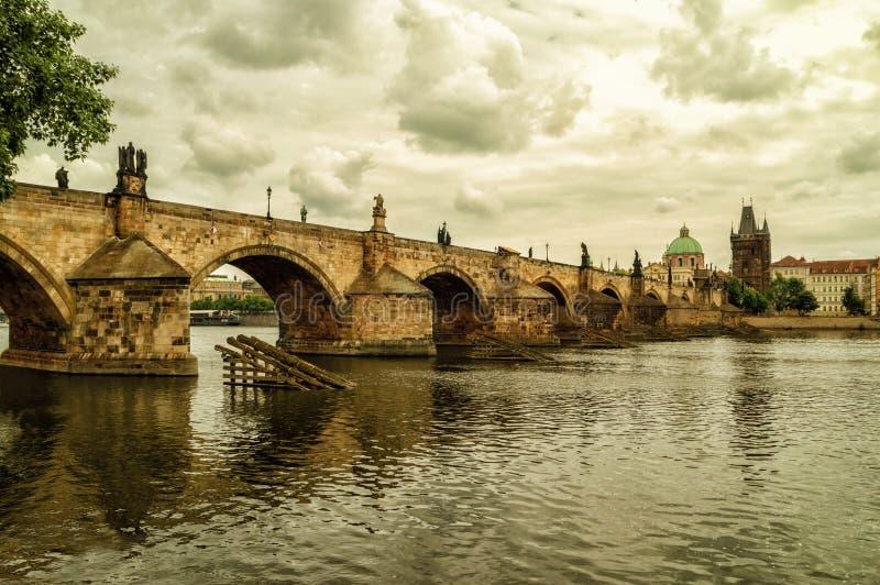 Den gamla staden med Charles Bridge över den Vltava floden arkivfoton
