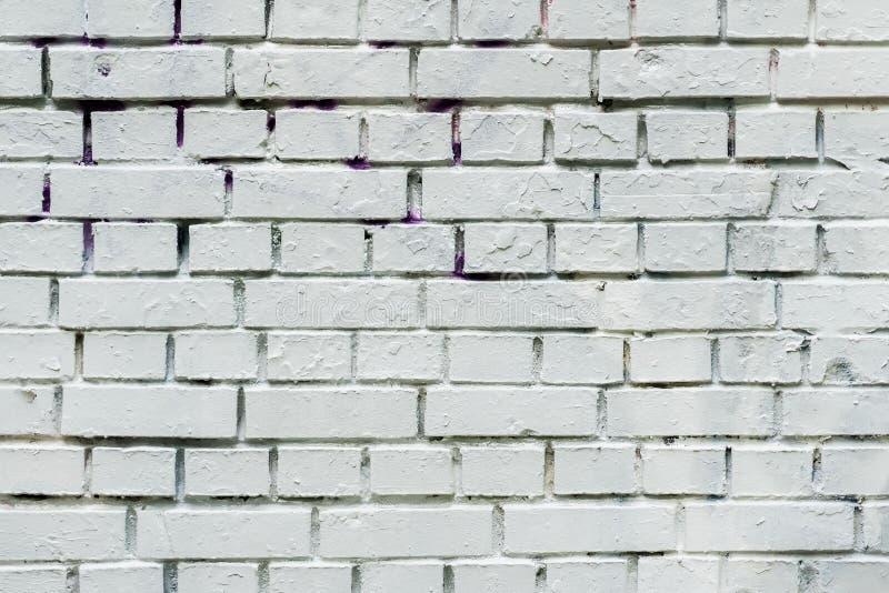 Den gamla staden smutsar ner den målade tegelstenväggen som är förberedd för att dra idérika grafitti Kan vara användbart för bak royaltyfri foto