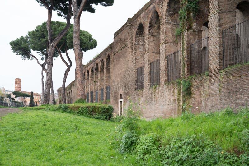 Den gamla stadsväggen i Rome royaltyfri bild