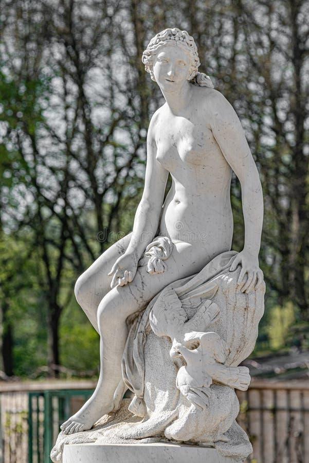 Den gamla statyn av en sinnlig renässanserakvinna, når den har badat i, parkerar av Potsdam, Tyskland, detaljer, closeup fotografering för bildbyråer