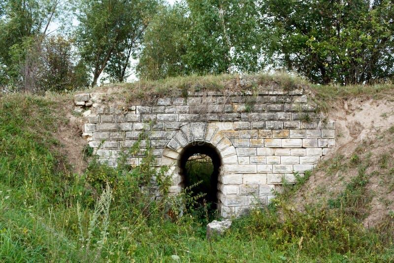 Den gamla stenbron royaltyfria bilder