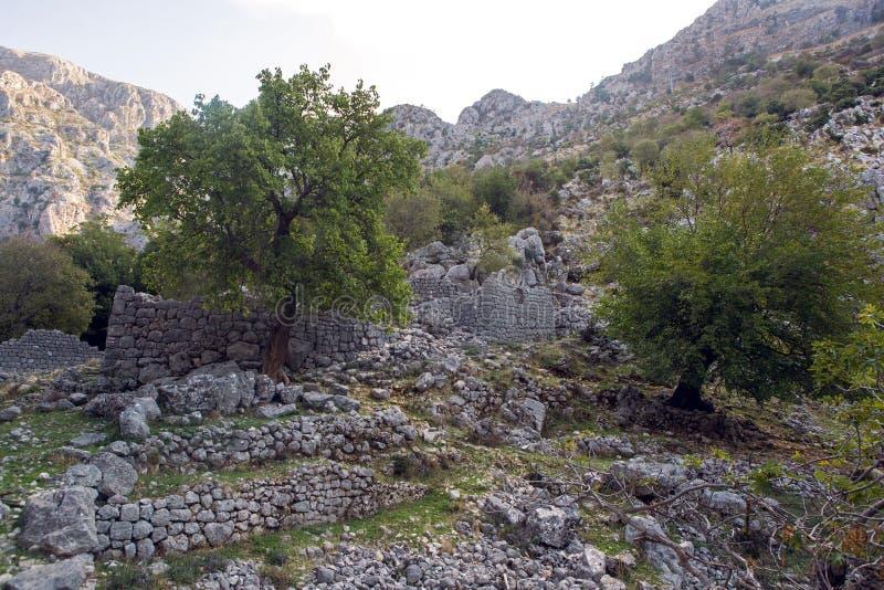 Den gamla stenen fördärvar i bergen i staden av Kotor royaltyfri fotografi