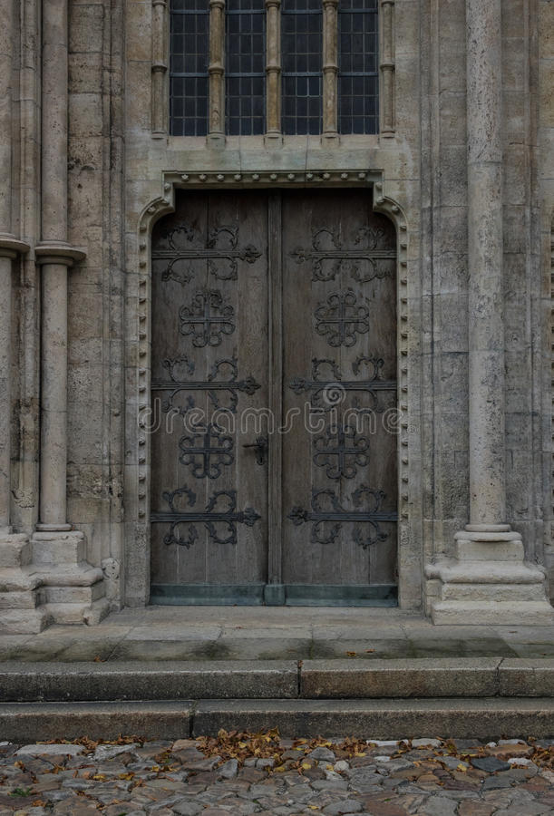 Den gamla tappningdörren av en kyrka royaltyfri foto