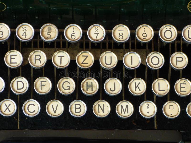 Den gamla tappningskrivmaskinen märker tangentbordalfabetcirklar royaltyfria foton