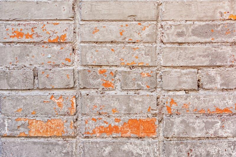 Den gamla tegelstenväggen målas i en smutsig beige skönhet bryta v?rme som looks m?la str?ckning f?r skalning s Tom bakgrund med  royaltyfri bild