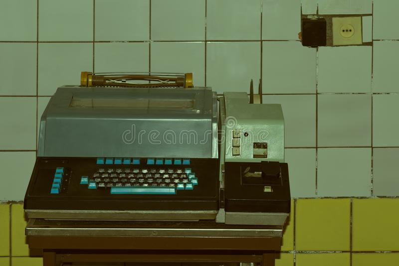 Den gamla telegrafen De forntida teknologiska apparaterna för militär och civil avsikt royaltyfria bilder