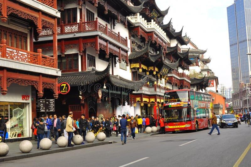 Den gamla templet och Yuyuanen för stadsgud` s arbeta i trädgården i Shanghai royaltyfri bild