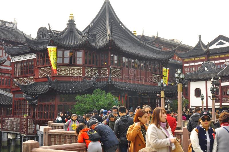 Den gamla templet och Yuyuanen för stadsgud` s arbeta i trädgården i Shanghai royaltyfri foto