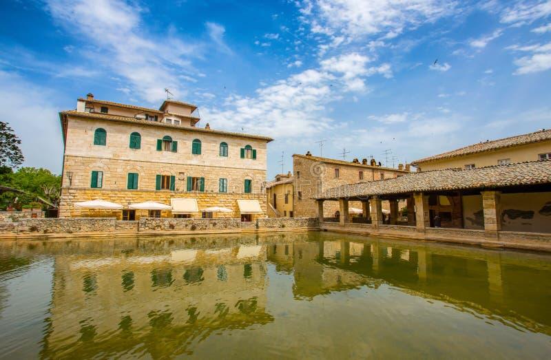 Den gamla thermalen badar i den medeltida byn Bagno Vignoni, det Siena landskapet, Tuscany, Italien arkivfoto
