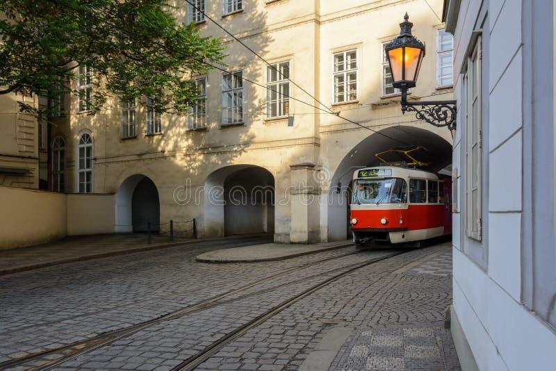Den gamla tjeckiska spårvagnen lämnar bågen på den Prague gatan royaltyfria bilder