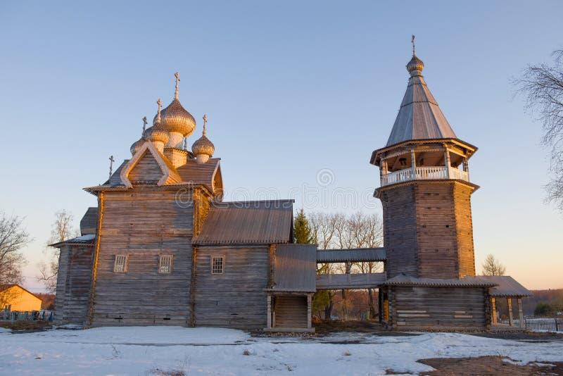 Den gamla träkyrkan av den Dmitry Solunsky Myrra-strömmen med ett klockatorn Leningrad region royaltyfri bild