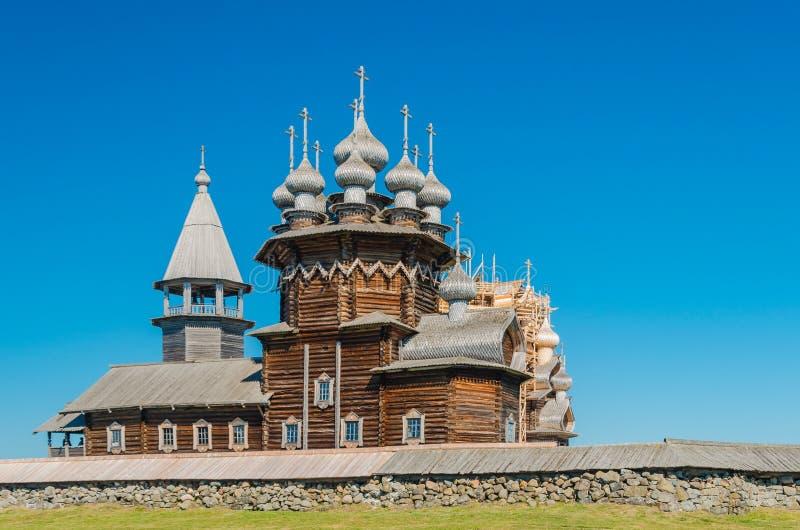 Den gamla träortodoxa kyrkan av interventionen av den heliga oskulden på ön av Kizhi, Karelia, Ryssland Kyrkan var arkivbild