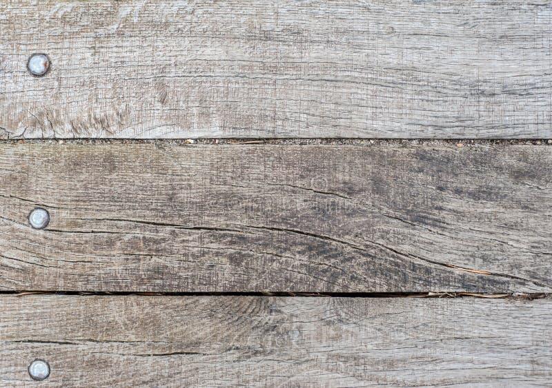 Den gamla träplattan av tre plankor med spikar huvud, textur eller bakgrund royaltyfria bilder
