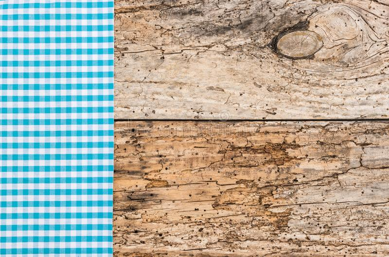 Den gamla trätabellen med blått kontrollerade bavarianbordduken för Oktoberfest bakgrund arkivbilder