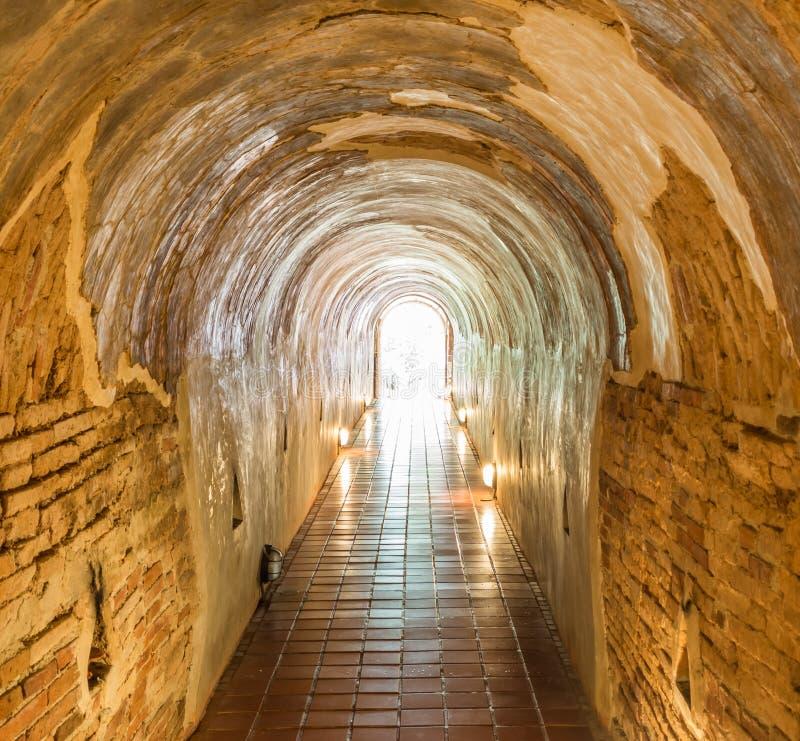 den gamla tunnelen av den Wat Umong Suan Puthatham templet i Chiang Mai, arkivbild