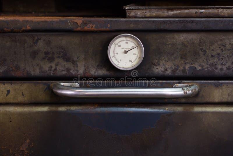 den gamla ugnstermometern på bagerit shoppar royaltyfria foton