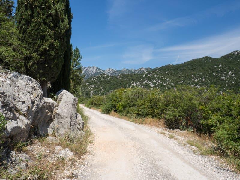 Den gamla vägen runt om de härliga Bacina sjöarna i Dalmatia, Kroatien - semestra destinationen arkivbilder