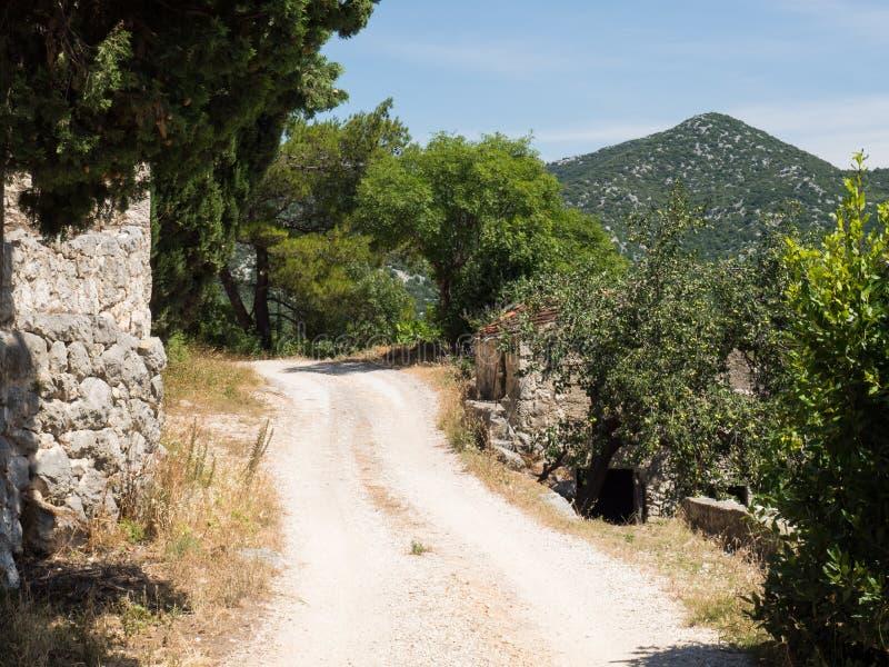 Den gamla vägen runt om de härliga Bacina sjöarna i Dalmatia, Kroatien - semestra destinationen arkivbild