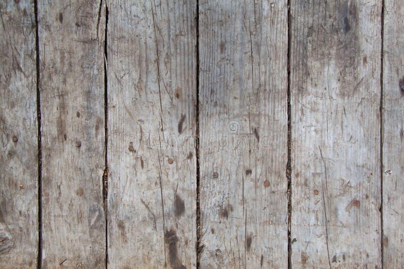 Den gamla väggen av träplankor målade med målarfärg royaltyfri foto