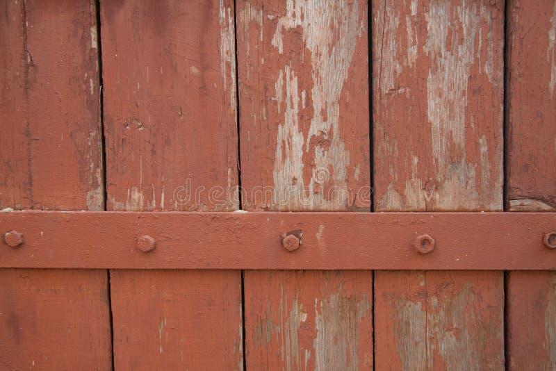 Den gamla väggen av träplankor målade med målarfärg med järnremsan royaltyfri fotografi