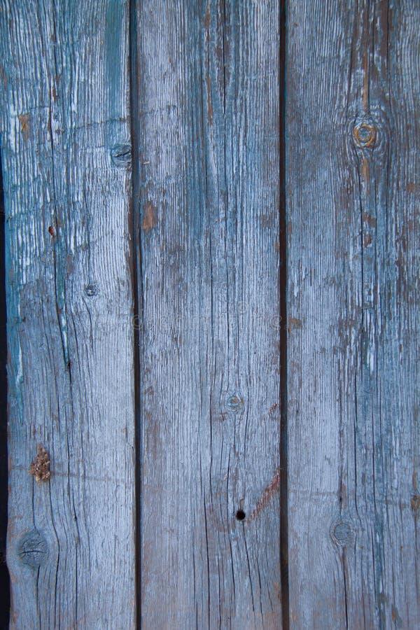 Den gamla väggen av träplankor som målas med blått, målar arkivfoton