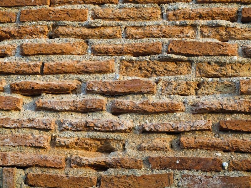 Den gamla väggen för röd tegelsten texturerar bakgrund arkivbild