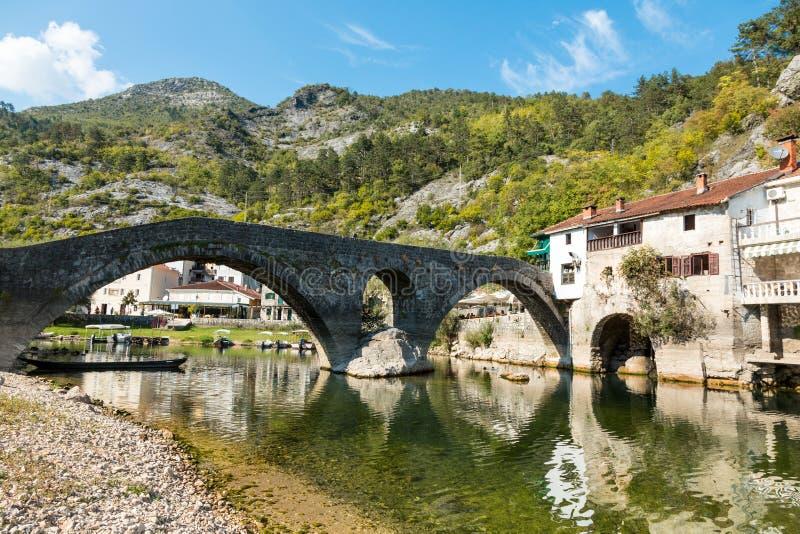 Den gamla välvda stenbron av Rijeka Crnojevica, Montenegro fotografering för bildbyråer