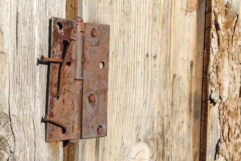 Den gamla wood ladugårddörren med rostigt spikar och gångjärnet fotografering för bildbyråer
