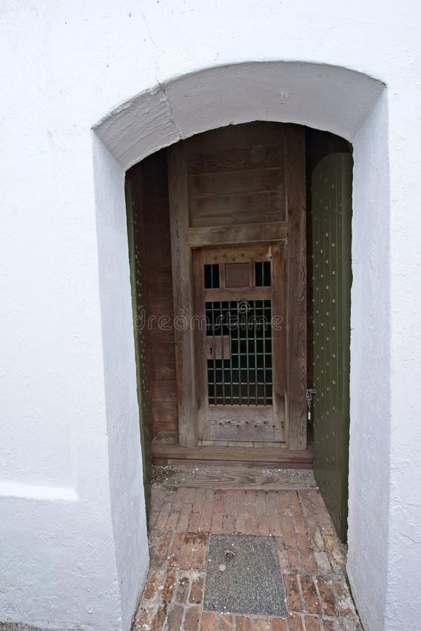 Den gammal trädörren och tegelsten går utanför historisk fästning arkivfoto