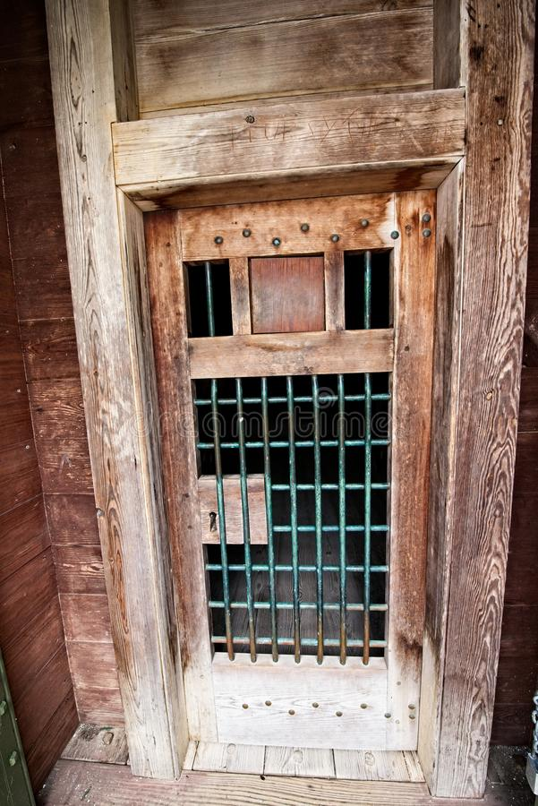 Den gammal trädörren och tegelsten går utanför historisk fästning arkivbilder