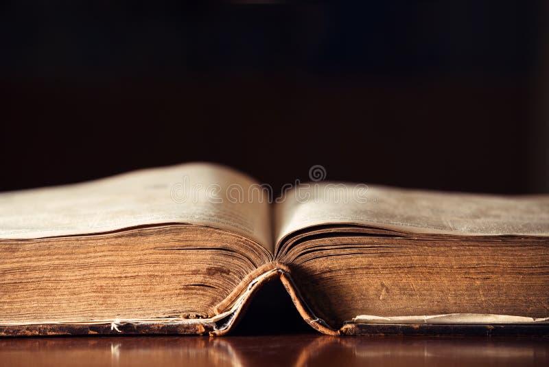 den gammala bibeln öppnar royaltyfri fotografi