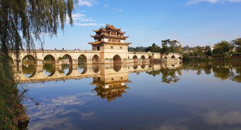 Den gammala kinesen ?verbryggar Jianshui Yunnan, Kina royaltyfri bild