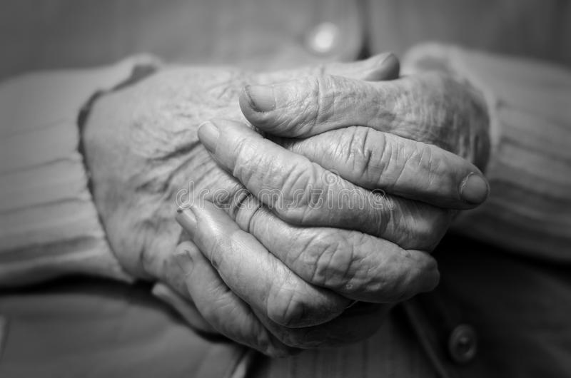 Den gammala kvinnan räcker sammanfogat royaltyfria foton