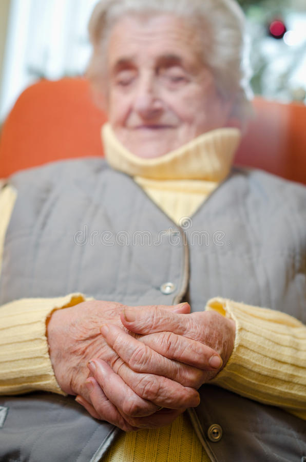 den gammala kvinnan räcker sammanfogat fotografering för bildbyråer