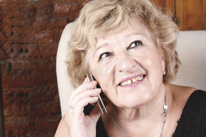 Den gammala kvinnan som talar på, ringer arkivbilder