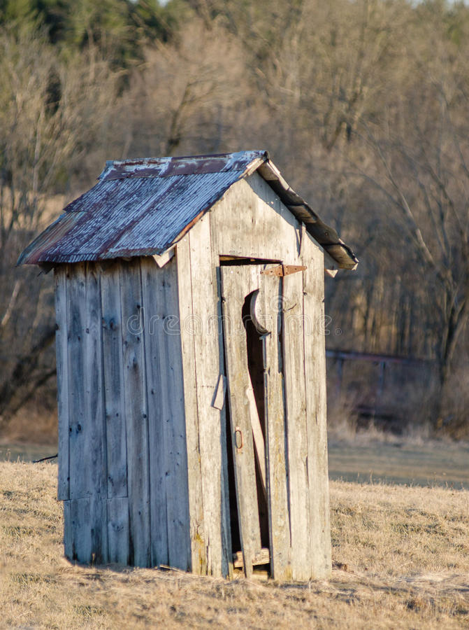 Den gammala outhousen arkivfoton