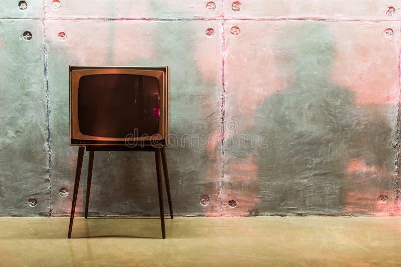 Den gammala TV:N och skuggar på väggen royaltyfri bild