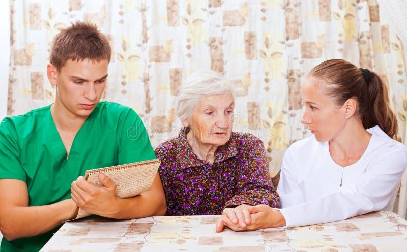 Den gammalare kvinnan med barn manipulerar fotografering för bildbyråer