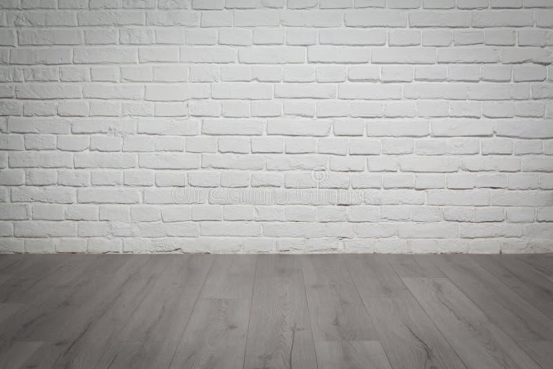 Den gammalt vitt tegelstenväggen och trä däckar bakgrund fotografering för bildbyråer