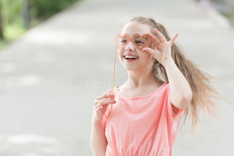 Den ganzen Tag lachen Gl?ckliches L?chelngesicht des Kinderlangen Haares Gl?ckliche Familie f?r Ihr, Gl?cklicher Tag L?cheln mein stockbilder