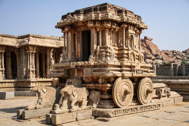 Den Garuda relikskrin i form av stentriumfvagnen på den Vitthala templet, Hampi, Karnataka, Indien royaltyfria foton