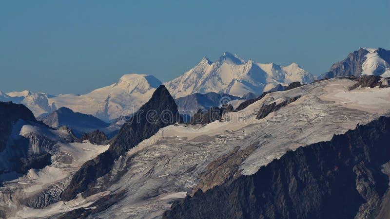 Den Gauli glaciären och den avlägsna sikten av Mischabelen spänner royaltyfria foton