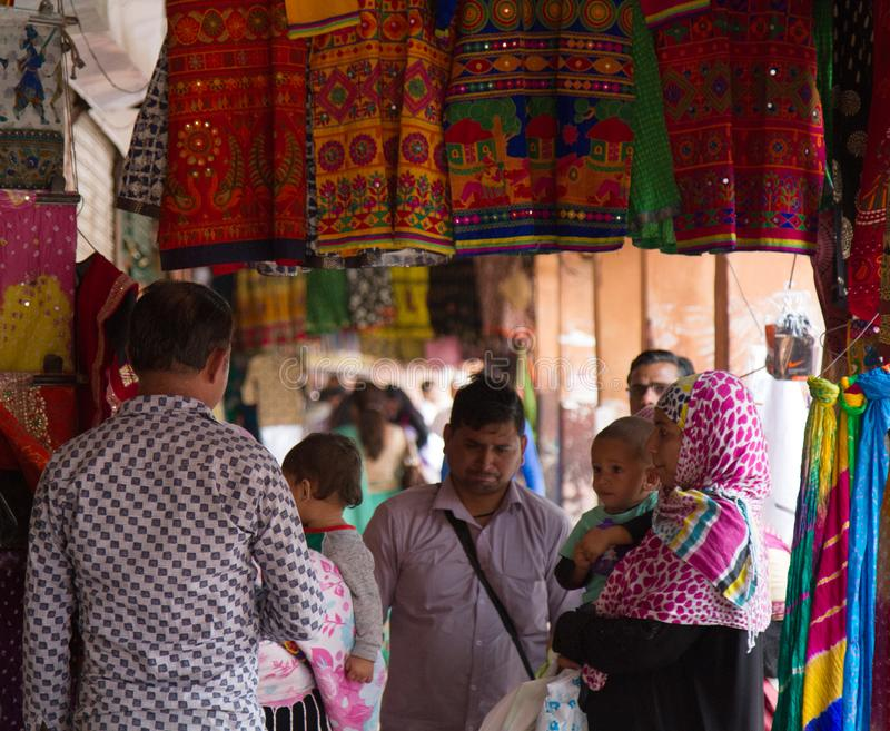 In den gemütlichen indischen Geschäften, in den Geschäften von Geweben und im Schmuck lizenzfreie stockbilder