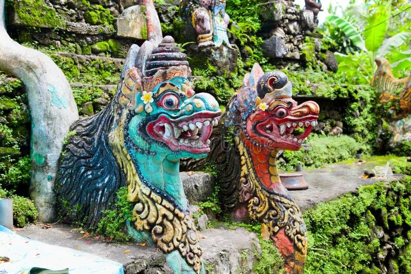 Den gigantiska traditionella balinesen säkrar utfärda utegångsförbud för av tempelet royaltyfri foto
