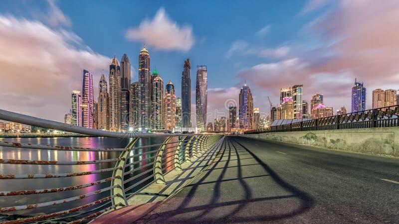 Den glödande Dubai marina fotografering för bildbyråer