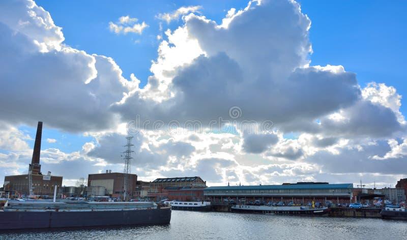 Den glömda hamnen i Ghent, bosatta fartyg och fabriker royaltyfria foton